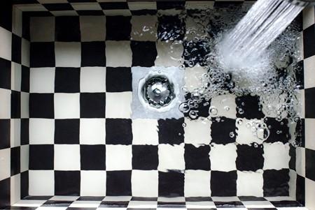 Leitungswasser läuft in Dusche